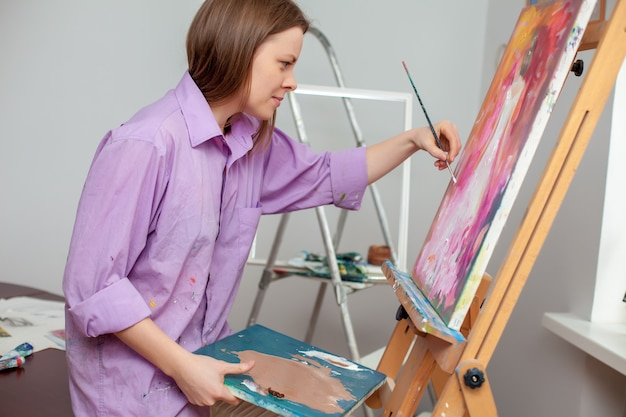 Creative artist painting in the studio Free Photo