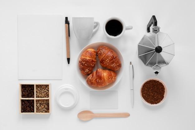 白い背景の上のコーヒー要素の創造的な品揃え 無料写真