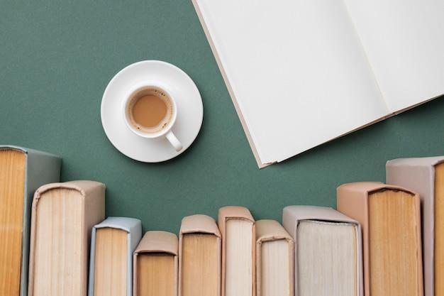 さまざまな本と一杯のコーヒーを使ったクリエイティブな品揃え 無料写真