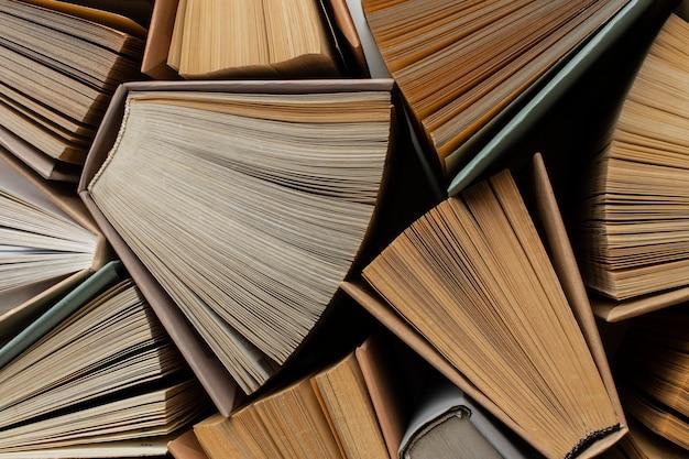 さまざまな本のクリエイティブな品揃え 無料写真