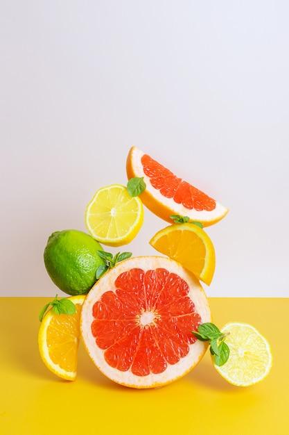 オレンジ、グレープフルーツ、ライム、レモンの創造的な明るい構成。 Premium写真