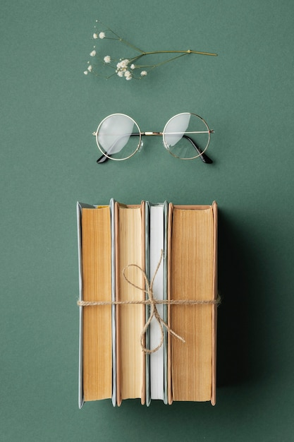 Composizione creativa con libri e fiori Foto Gratuite