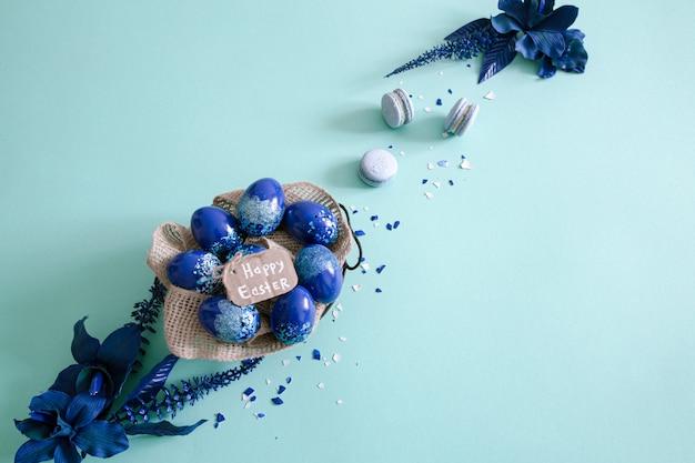 創造的なイースターの背景、トレンドブルーの卵。 無料写真