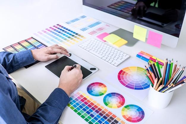 グラフィックタブレット上に描画、色の選択と色見本に取り組んでいるクリエイティブグラフィックデザイナー Premium写真