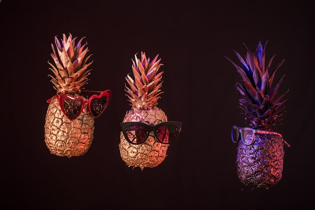 黒の背景にメガネで創造的なパイナップル 無料写真