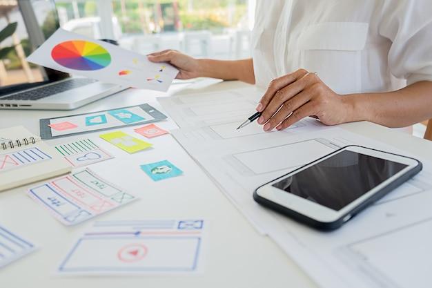 Creative web designerアプリケーションの計画とテンプレートレイアウトの開発、携帯電話用フレームワークユーザーエクスペリエンス(ux)の概念。 Premium写真