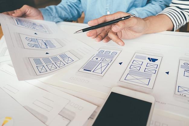 Creative web designerアプリケーションの計画とテンプレートレイアウトの開発、携帯電話用フレームワーク。 Premium写真