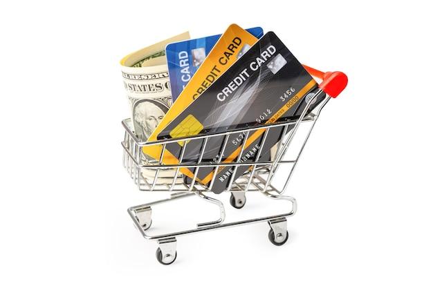Кредитная карта и банкноты доллара сша в корзине, изолированной на белом фоне. Premium Фотографии