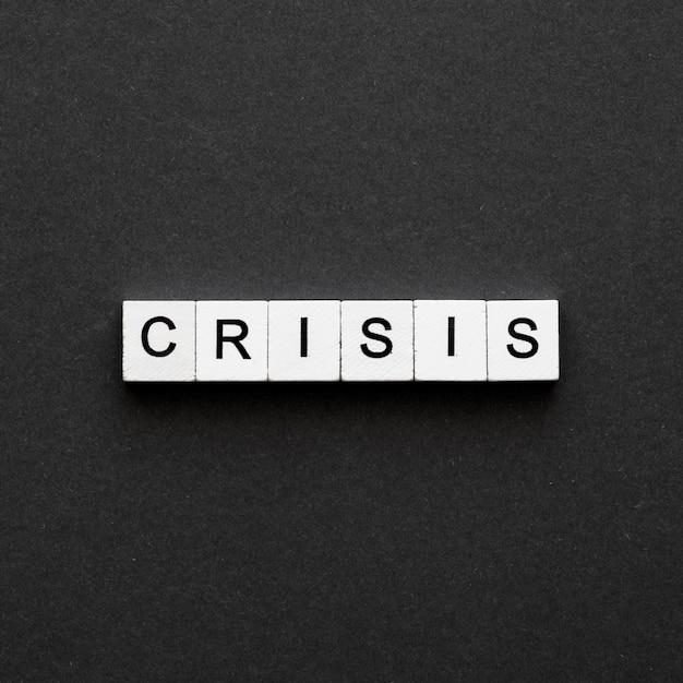 Parola di crisi scritta sui cubi di legno Foto Gratuite
