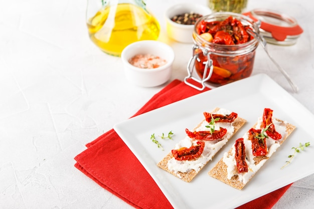 Crispbread with sun-dried tomatoes Premium Photo