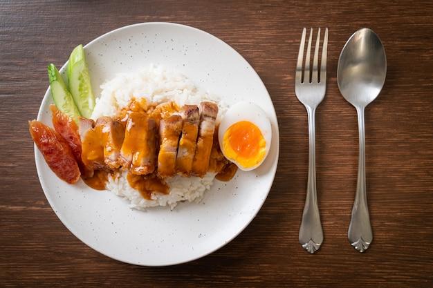 カリカリの腹豚バラ肉とバーベキューレッドソース Premium写真