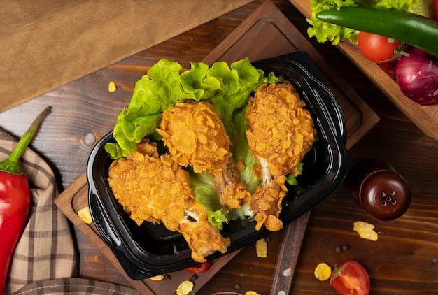 Crispy chicken drumsticks grilled kfc style with crackers takeaway Free Photo