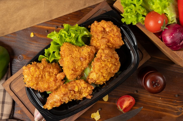 Crispy chicken drumsticks grilled kfc style with crackers Free Photo