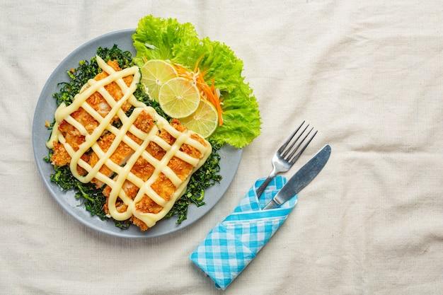 Pollo croccante con crema al limone, splendidamente decorato. Foto Gratuite