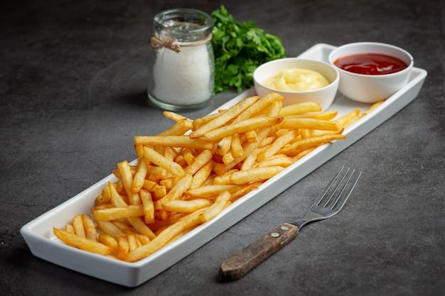 케첩과 마요네즈를 곁들인 바삭한 감자 튀김. 무료 사진