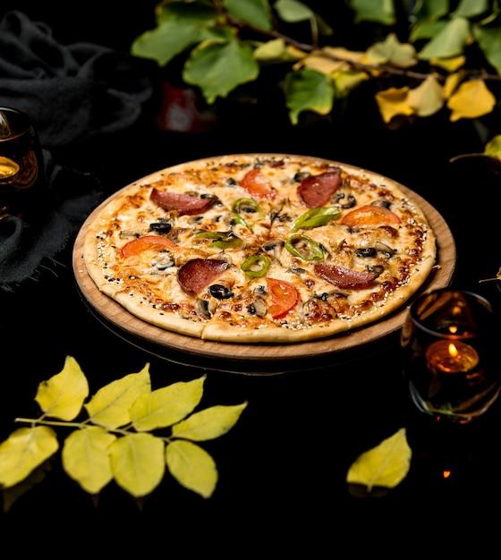 Crispy mix pizza with sausage Free Photo