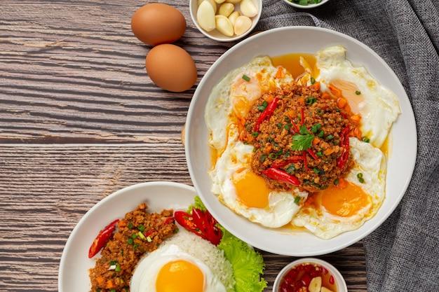 Frittata croccante condita con carne di maiale macinata e salsa di verdure miste Foto Gratuite