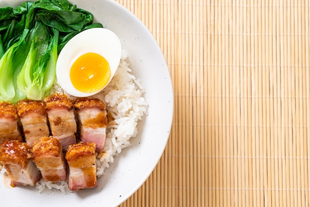 Crispy pork belly on topped rice Premium Photo