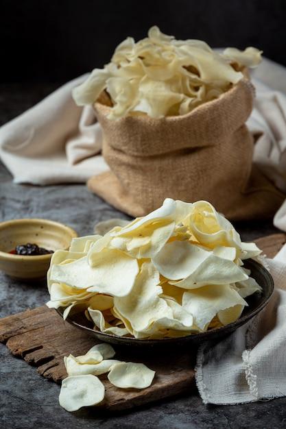 Хрустящие картофельные чипсы с томатным соусом концепция закуски. Бесплатные Фотографии