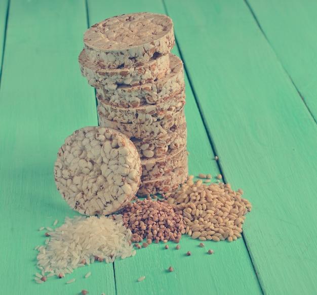 Хрустящее круглое гречневое и рисовое печенье с семечками Premium Фотографии