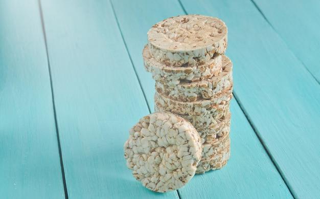 Хрустящее круглое гречневое и рисовое печенье Premium Фотографии