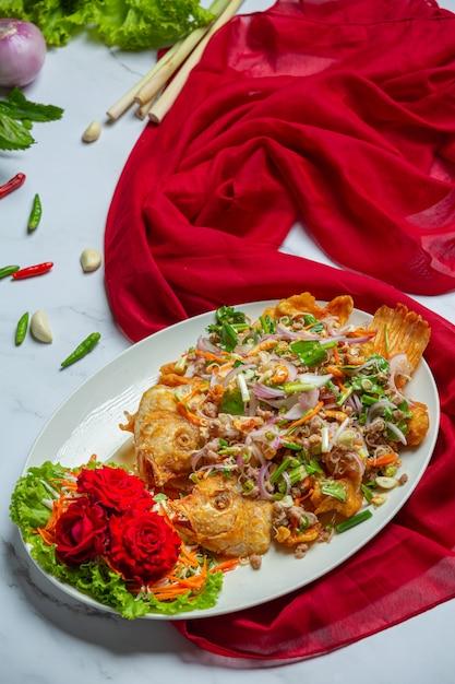 クリスピーtubtimの魚のサラダ、タイ料理のハーブ。 無料写真