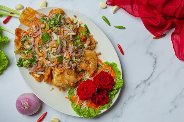 Хрустящий рыбный салат tubtim, тайская еда herb. Бесплатные Фотографии