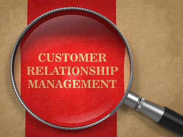 Crm-顧客関係管理の概念。赤い縦線のある古い紙の虫眼鏡。 Premium写真