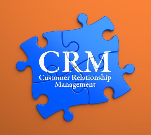 Crm-顧客関係管理-青いパズルのピースに書かれています。ビジネスコンセプト。 Premium写真