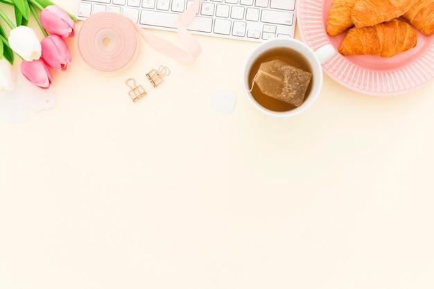 コピースペース付きのオフィスの朝食用クロワッサン 無料写真
