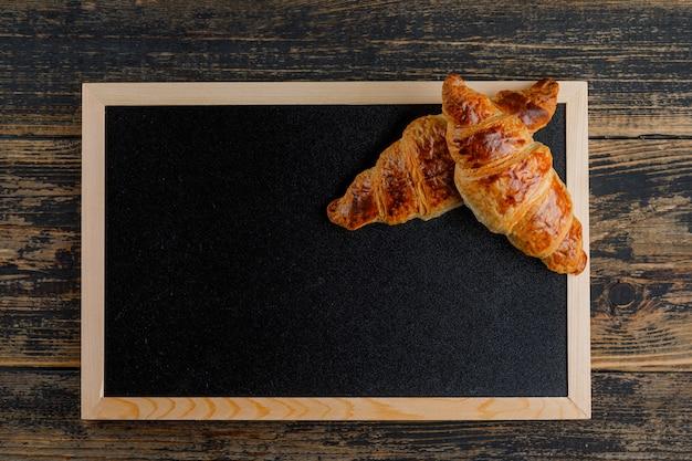 Круассан на деревянные и доски. плоская планировка Бесплатные Фотографии