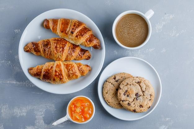 一杯のコーヒー、クッキー、ジャムトップビューでクロワッサン 無料写真