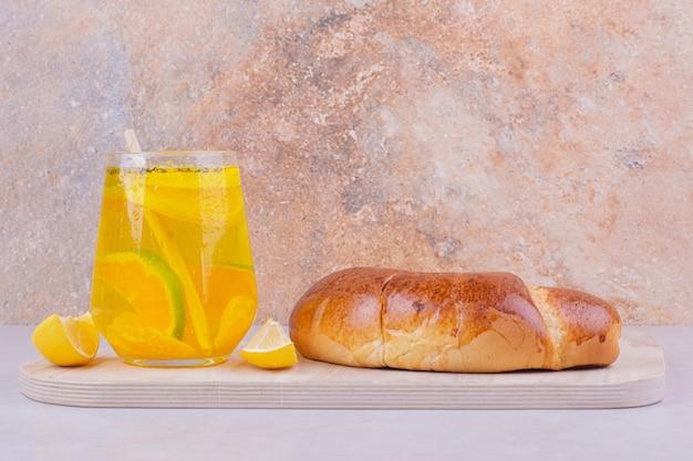 白い表面にレモネードのグラスが付いているクロワッサン 無料写真