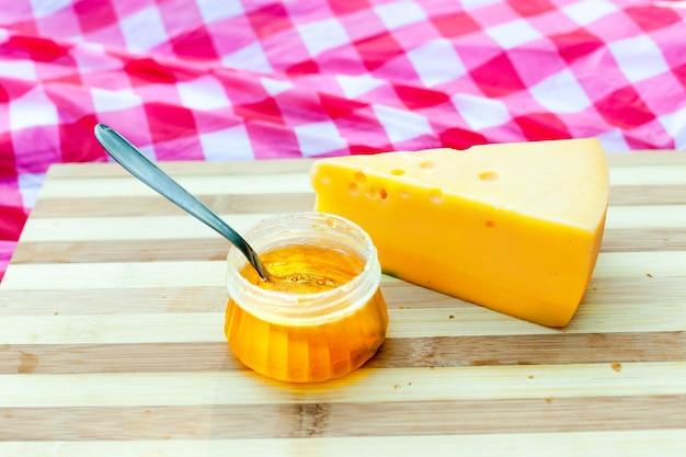 Круассаны с сыром и медом Premium Фотографии