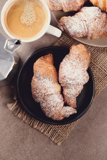 コーヒーカップとクロワッサン 無料写真