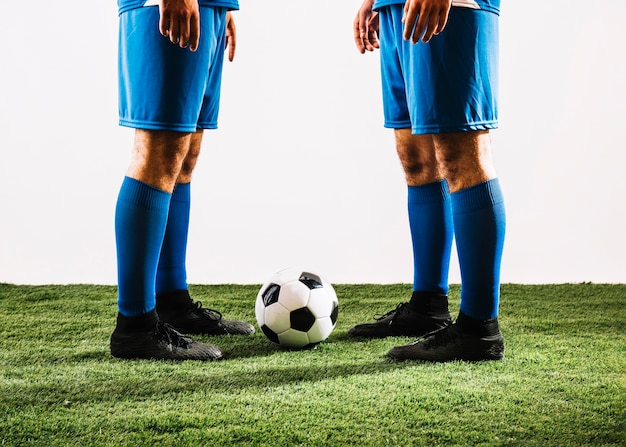 Урожай спортсменов возле футбольного мяча Бесплатные Фотографии
