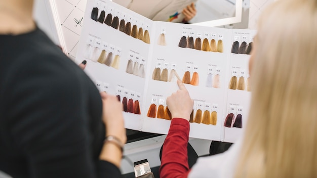 Клиент-подборщик выбирает цвет волос в салоне Premium Фотографии
