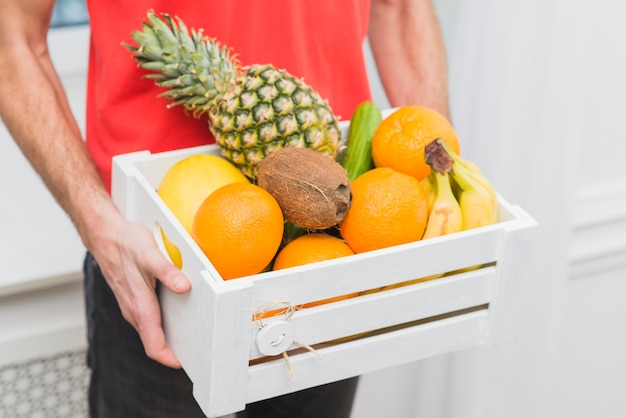 Crop courier delivering fruits Free Photo