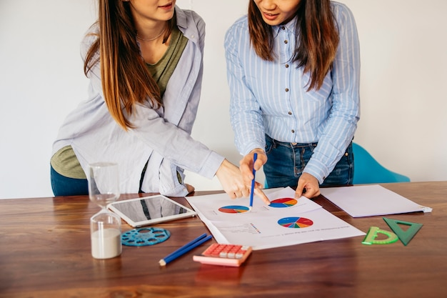 Crop girls discussing analysis data Free Photo