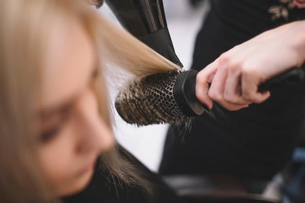 Menggunakan sisir bulat untuk rambut tipis