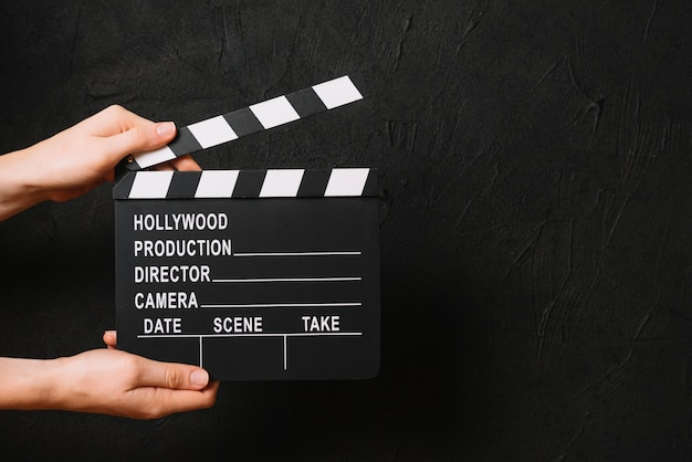 Crop hands clapping blank clapperboard Free Photo