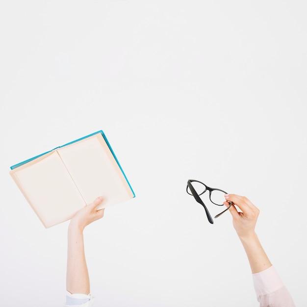 Обрезать руки книгой и очками Бесплатные Фотографии