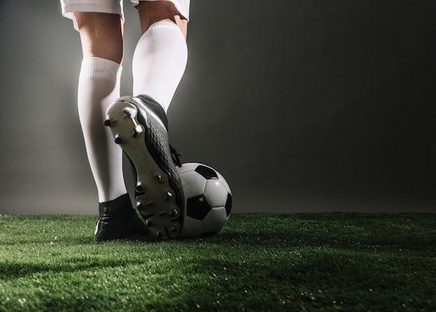 Обрезать ножки и мяч на поле Premium Фотографии