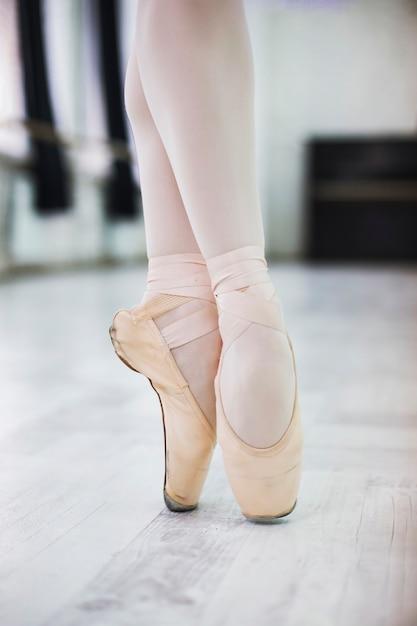 Ritaglia le gambe della ballerina Foto Gratuite