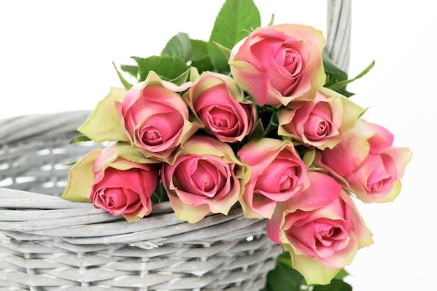 Урожай роз в корзине на белом фоне Бесплатные Фотографии