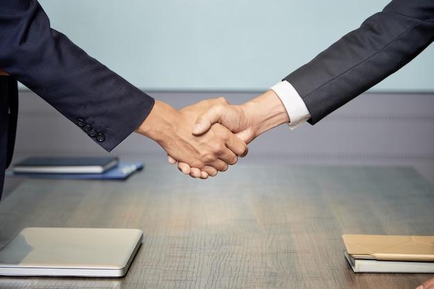 会議で握手する人々を切り取る 無料写真