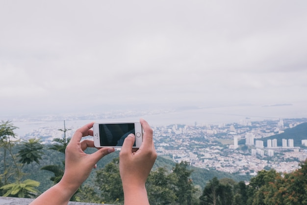 Crop person taking picture of cityscape Free Photo