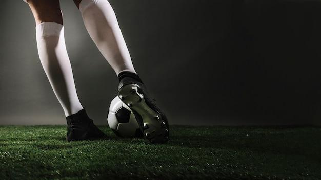 Футбольный футболист футбольного мяча Premium Фотографии