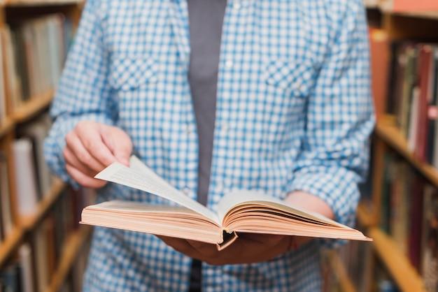 Ritaglia l'adolescente sfogliando le pagine del libro Foto Gratuite