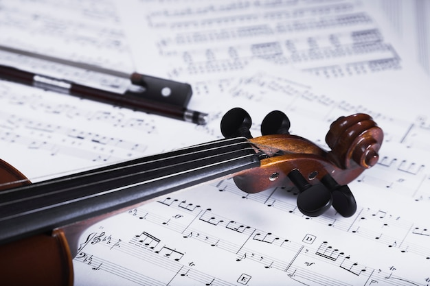 Crop violin and bow on sheet music Free Photo